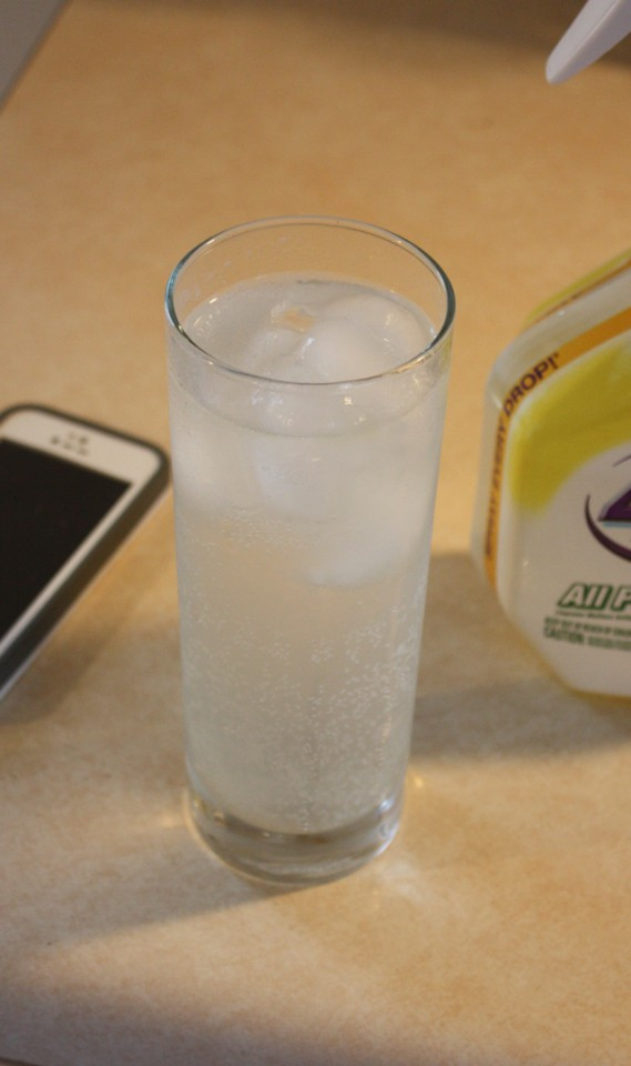 How to make meal prep enjoyable with a fun drink in your hand | Ice water with lemon slices, peach & lime vodka soda.